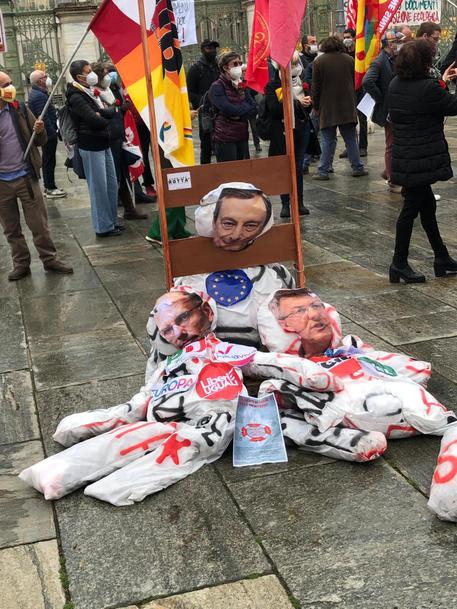 1 maggio: Torino, ghigliottina con fantocci Draghi e Letta thumbnail