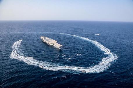 Nave Usa spara colpi di avvertimento verso imbarcazioni Iran thumbnail