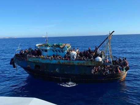 Migranti: bando per 4 navi-quarantena da 300-400 posti thumbnail