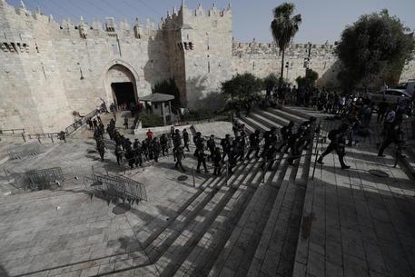 La polizia evacua il Muro del Pianto a Gerusalemme thumbnail