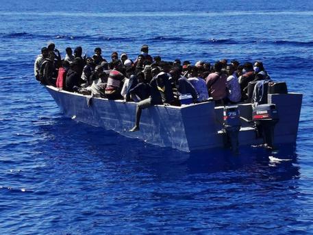 Migranti: attracca nave quarantena, 600 lasciano Lampedusa thumbnail