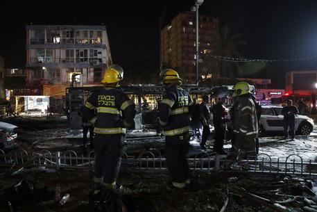 Razzo Hamas colpisce oleodotto ad Ashkelon, vasto incendio thumbnail