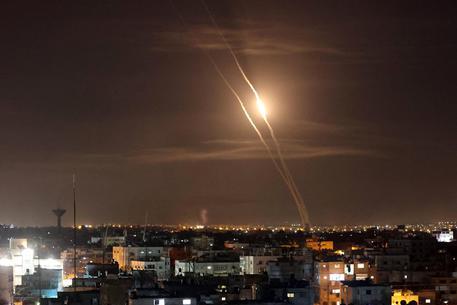 Media, raid Israele colpisce edificio di 12 piani a Gaza thumbnail