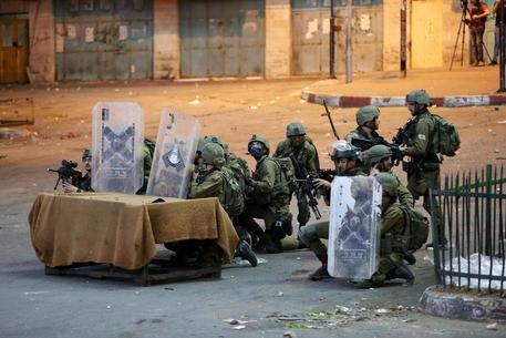 Israele: tank sparano colpi avvertimeto su confine Libano thumbnail