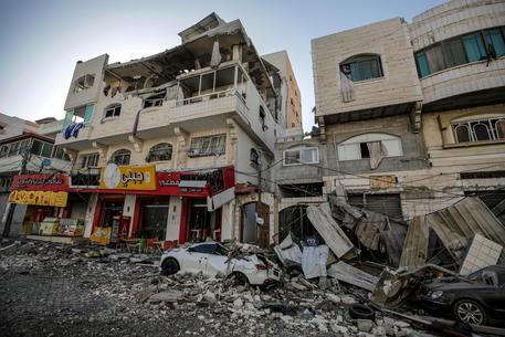 Guerra tra Hamas e Israele, ancora razzi da Gaza e raid sulla Striscia thumbnail