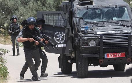 Gaza:razzo anticarro palestinese centra veicolo israeliano thumbnail