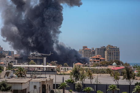 Media, colpito villaggio a nord di Gaza, 11 morti thumbnail