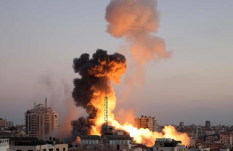 Colpito il grattacielo dei media a Gaza. Pioggia di razzi su Tel Aviv thumbnail