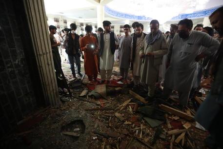 Afghanistan: esplosione in una moschea, almeno 12 morti thumbnail