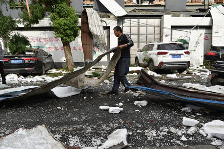 Cina: almeno 12 vittime per due tornadi a Wuhan e Suzhou thumbnail