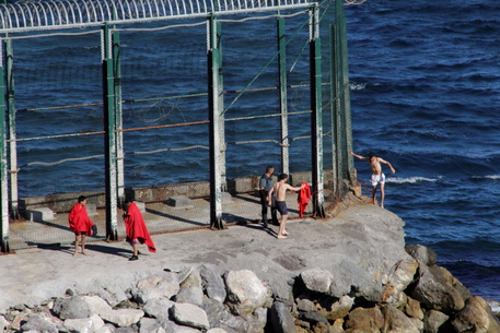 Migranti: record arrivi in Spagna, 2700 in un giorno a Ceuta thumbnail