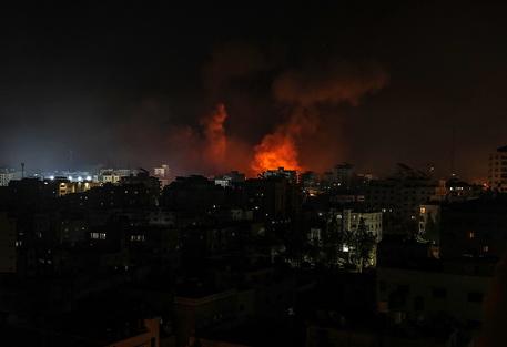 Decine di attacchi israeliani sulla Striscia di Gaza thumbnail
