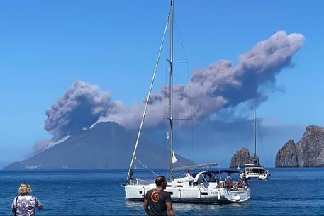 Forte eruzione a Stromboli, una colata di lava verso il mare thumbnail