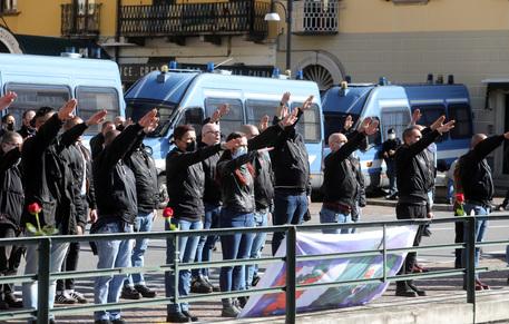 Saluti romani per commemorazione Mussolini al lago di Como thumbnail