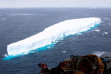 L'iceberg più grande al mondo si stacca dall'Antartide thumbnail