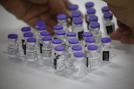 Oms: i vaccini efficaci contro tutte le varianti del Covid thumbnail