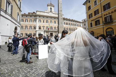 Sostegni bis: corsa a nuovi sconti, da matrimoni a Rc auto thumbnail