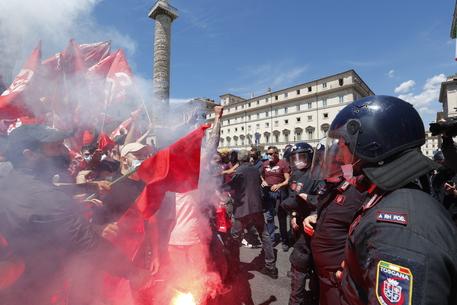 Tensioni a sit-in Roma, cc ferito alla testa da manifestanti thumbnail