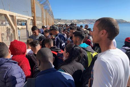 Migranti:a decine tentano ingresso a Melilla, c'è l'esercito thumbnail
