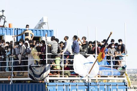 Migranti: a Pozzallo frasi razziste durante lo sbarco dalla Sea Eye thumbnail