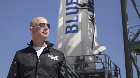Asta a 2,8 mln per andare nello spazio con navetta di Bezos thumbnail