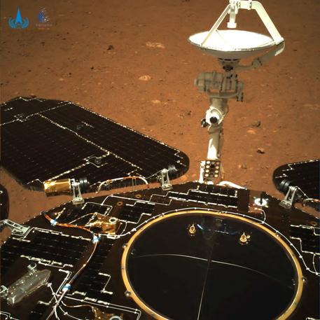 Marte: rover Zhurong lascia piattaforma, inizia esplorazione thumbnail