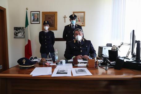 I poliziotti mostrano le foto segnaletiche di Juan Carlos e Francesco Spada arrestati dagli agenti del Commissariato del Lido di Ostia a Roma © ANSA