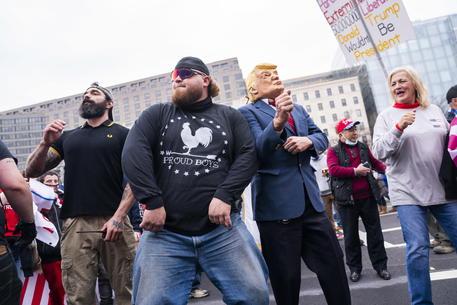 Si scioglie gruppo di estrema destra Proud Boys in Canada thumbnail