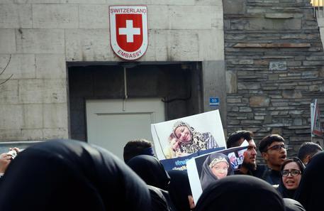 Iran: diplomatica svizzera muore cadendo da una finestra thumbnail
