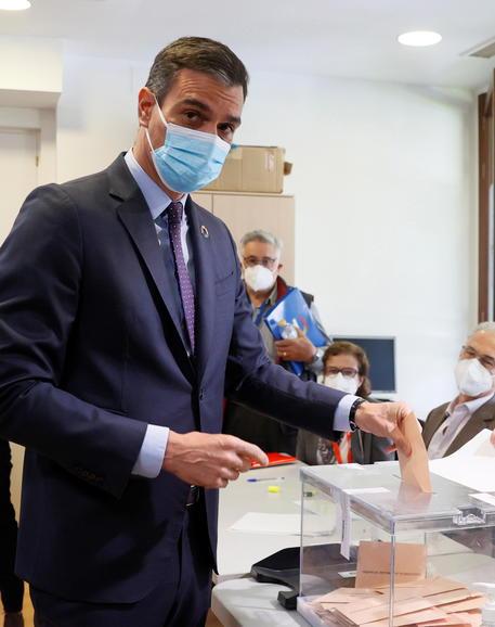 Spagna: Sanchez al seggio a Madrid tra applausi e fischi thumbnail