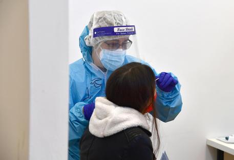 Covid: test triplicati e casi sopra 9 mila, ancora 305 morti thumbnail