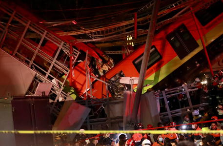 Crollo ponte metro Città del Messico, 15 morti e 70 feriti thumbnail
