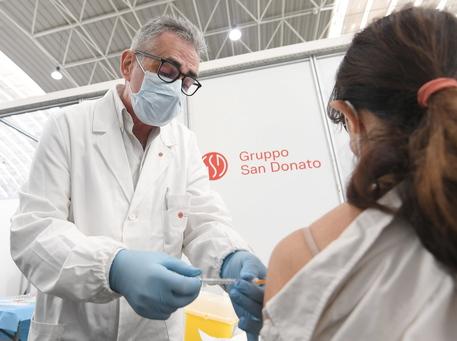 Pregliasco vaccina in un hub nel Milanese: proteggiamo noi stessi thumbnail