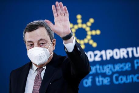 Migranti: Draghi, nessuno lasciato solo in acque italiane thumbnail