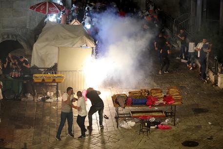 Gerusalemme: ripresi scontri, 50 palestinesi feriti thumbnail