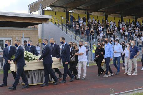 L'ultimo saluto a Michele Merlo, piena la tribuna dello stadio in attesa del feretro