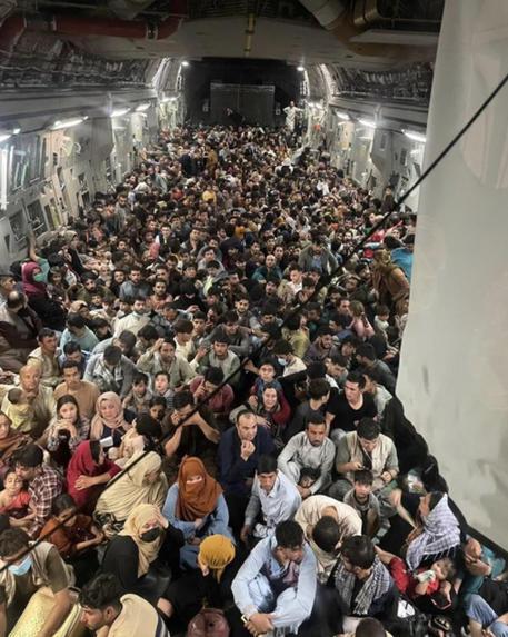 Afghanistan: a Roma i primi rimpatriati. Riaperto l'aeroporto di Kabul -  Mondo - ANSA