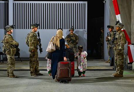 Militari americani impegnati nelle operazioni di evacuazione all'aeroporto internazionale a Kabul © EPA