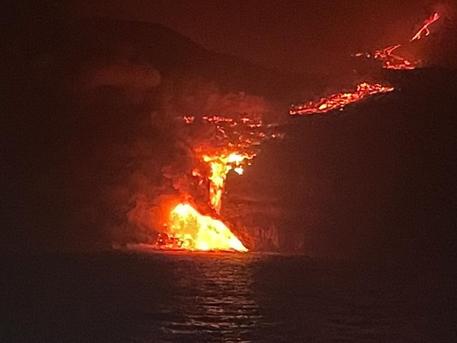 Canarie: piramide di lava di 50 metri nell'oceano e gas