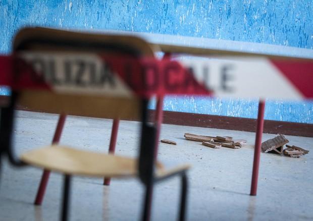 Calcinacci per terra in una scuola