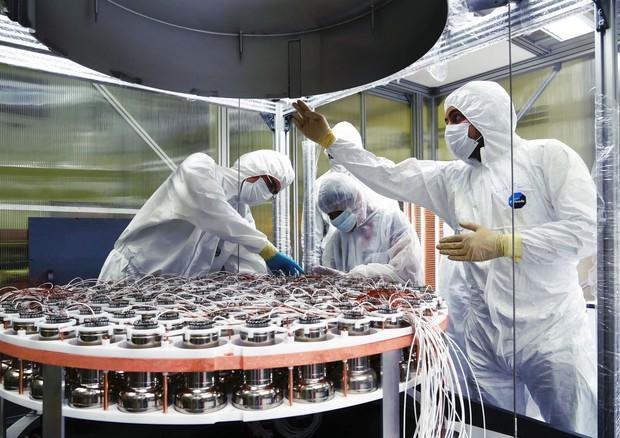 Ricercatori al lavoro all'esperimento XENON1T, nei Laboratori nazionali del Gran Sasso (fonte: INFN) (foto: Ansa)