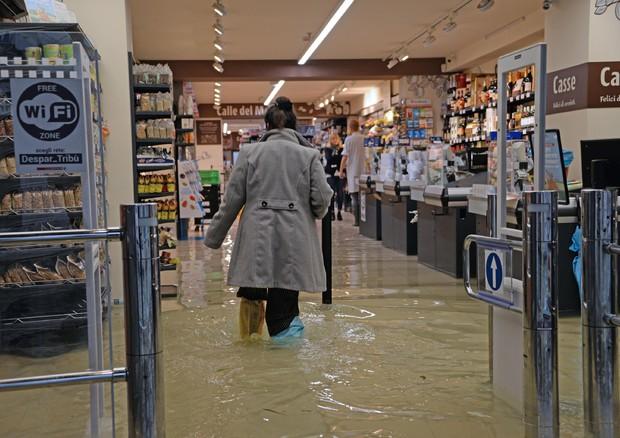 Venezia, acqua in un supermercato © ANSA