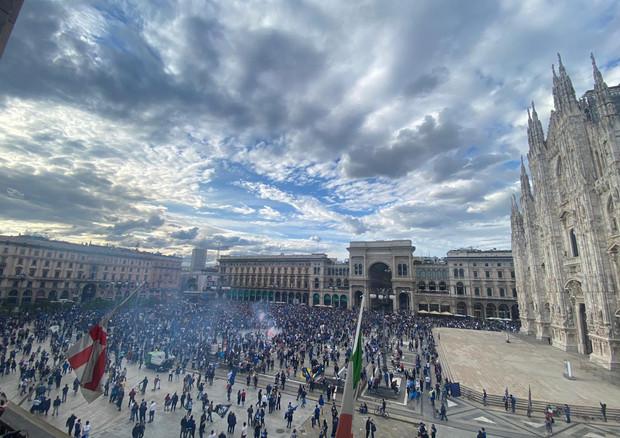 Tifosi dell'Inter festeggiano in piazza del Duomo a Milano © ANSA