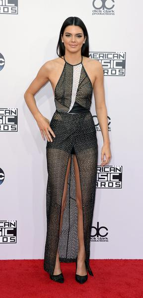 Da Jennifer Lopez a Kendall Jenner: i sexy nude look degli