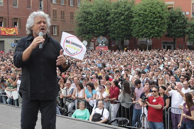 Il leader del M5S, Beppe Grillo, durante il suo comizio a Bologna - Foto  del giorno - Ansa.it