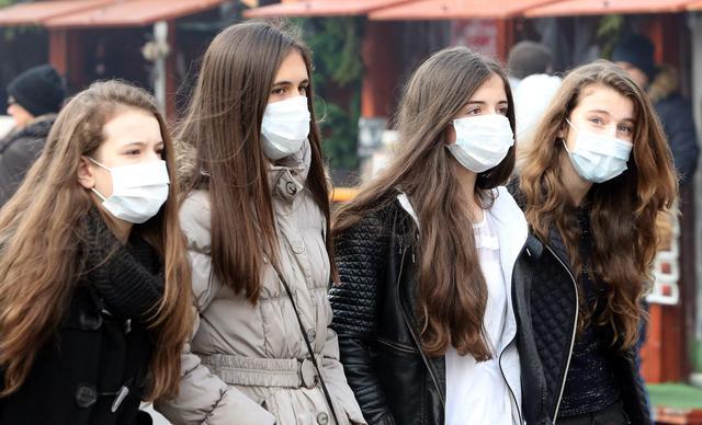 Risultato immagini per persone con mascherina immagini