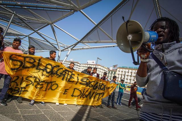 Protestano a Napoli gli immigrati per permesso di ...