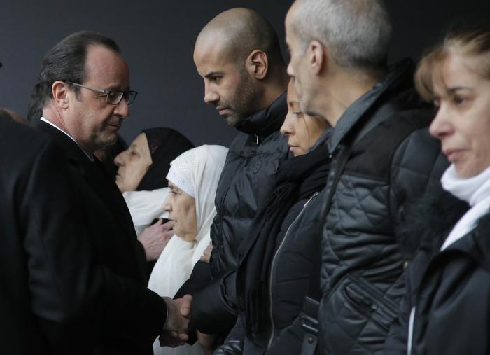 Hollande alla cerimonia per i poliziotti uccisi