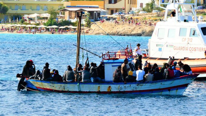 Migranti: barcone con 48 tunisini approda a Lampedusa
