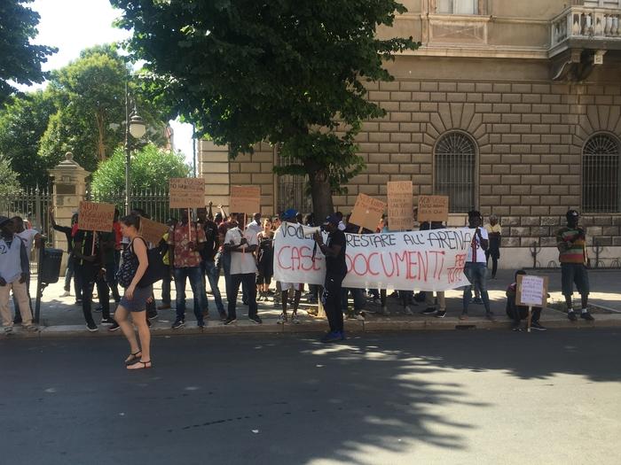 (ANSA) Migranti protestano a Foggia, chiedono di restare nella struttura di San Severo